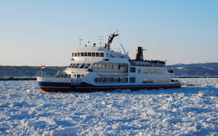 Abashiri is the southernmost point in the northern hemisphere where you can see drift ice. The Aurora Icebreaker is a sightseeing cruise that crushes its way through the ice.