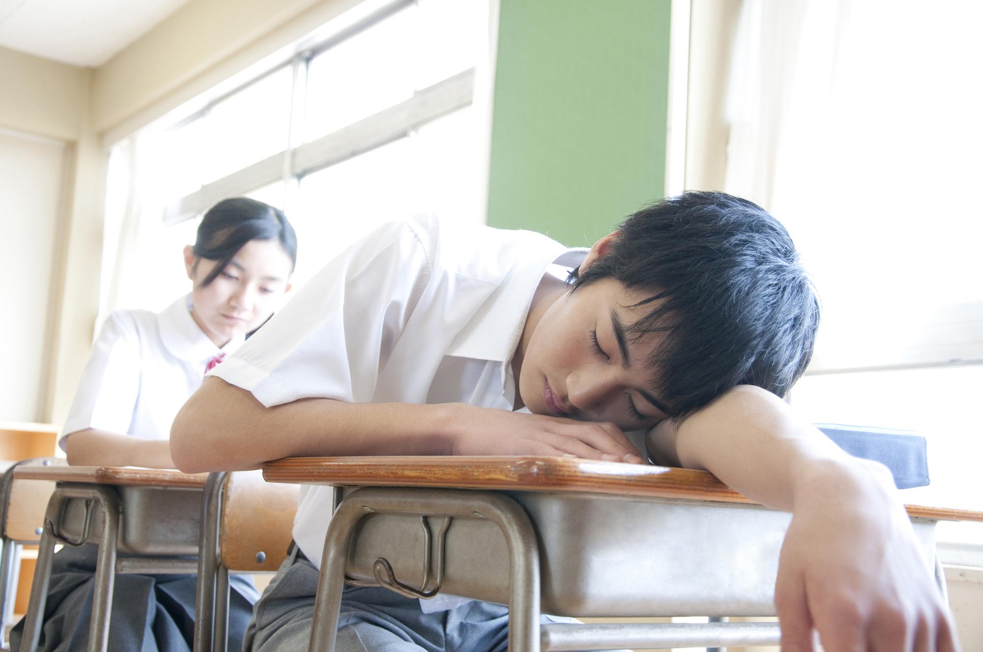Men's junior high school student falls asleep.