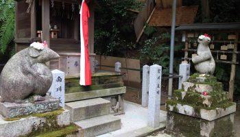 Mice statues outside Otoyo shrine