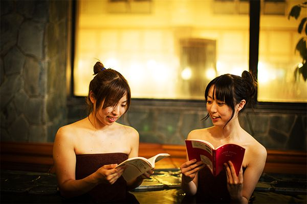 Women reading at the Ofuro Cafe Utatane.